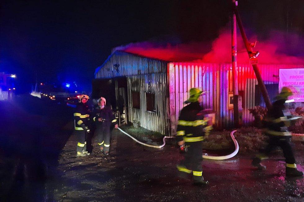 Hasiči zasahují u požáru haly slepičárny v Červeném Hrádku