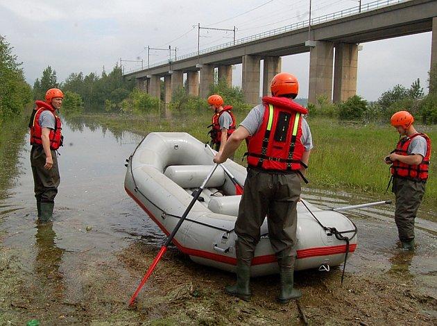Chomutovští hasiči ve čtvrtek na člunu pročesávali okraj Kyjické přehrady a zatopená křoviska na druhé straně silnice. Foto:Deník/Josef Dušek