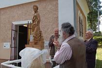 Odhalení sošky Panny Marie, která zdobí kapličku v Orasíně.