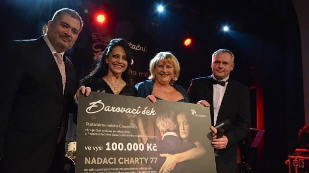 Dar v hodnotě 100 tisíc korun od Nadace Charta 77 putoval na nákup polohovacích židliček do ZŠ a MŠ Palachova.