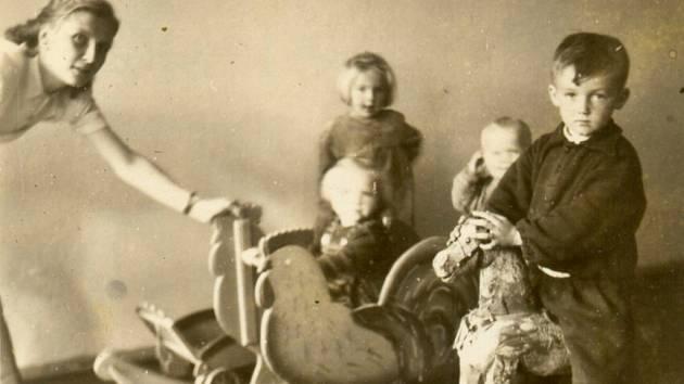 V dalším díle našeho seriálu se podíváme do zaniklé obce Doupov, do roku 1950. Konkrétně do slunných letních dnů a nahlédneme do mateřské školky, která v této dnes již zaniklé obci fungovala.