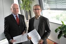 John Stotter, generální ředitel firmy Centrepoint Verne (vlevo) a ředitel útvaru rozvoj podnikání ČEZ Petr Štulc s podepsaným memorandem o spolupráci.