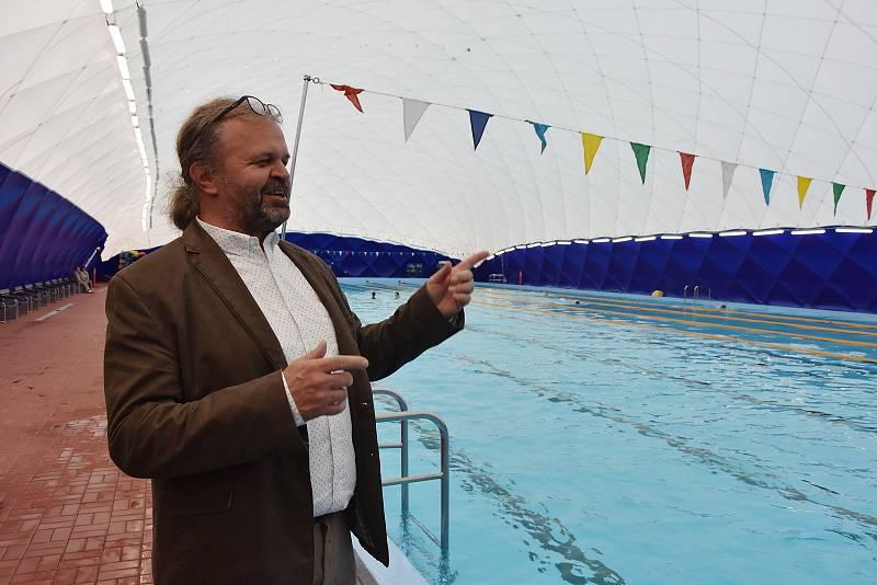 Starosta Kadaně Jiří Kulhánek u sezónně zastřešeného bazénu.