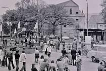 PŘED KULTURÁKEM. Obyvatelé Klášterce nad Ohří před kulturním domem na retro fotografii Zdeňka Beneše. Pamatujete tu dobu? Zavzpomínat můžete víc v klášterecké galerii Kryt.