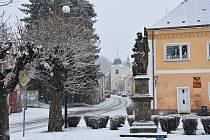 Pohled z náměstí k děkanskému kostelu. V popředí je barokní socha sv. Floriána z 18. století.