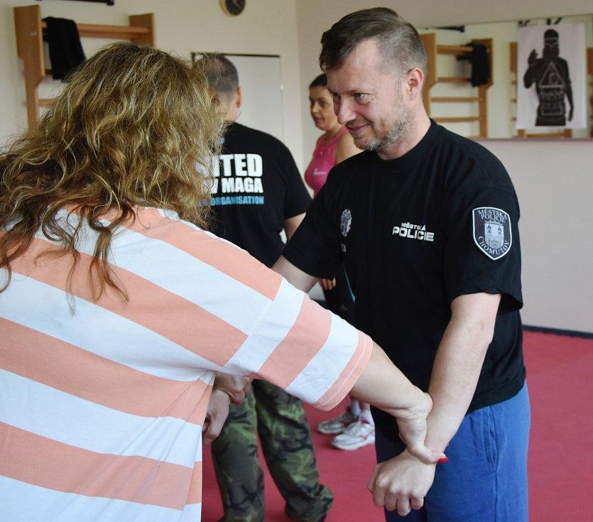 Městská policie v Chomutově rozjela kurzy sebeobrany na míru ženám a seniorům.