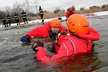 Profesionální hasiči trénovali záchranu tonoucího z ldové vody