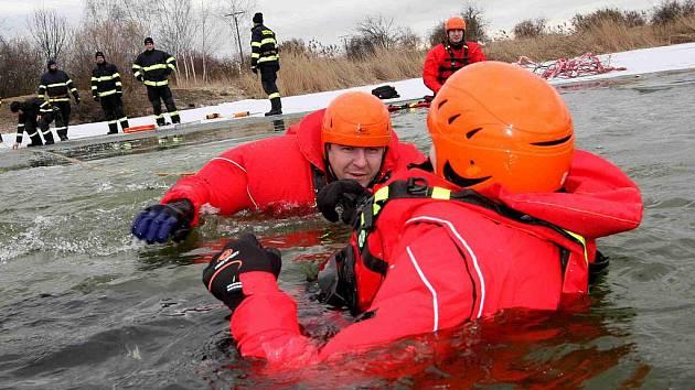 690a12bf1 Profesionální hasiči trénovali záchranu tonoucího z ldové vody ...