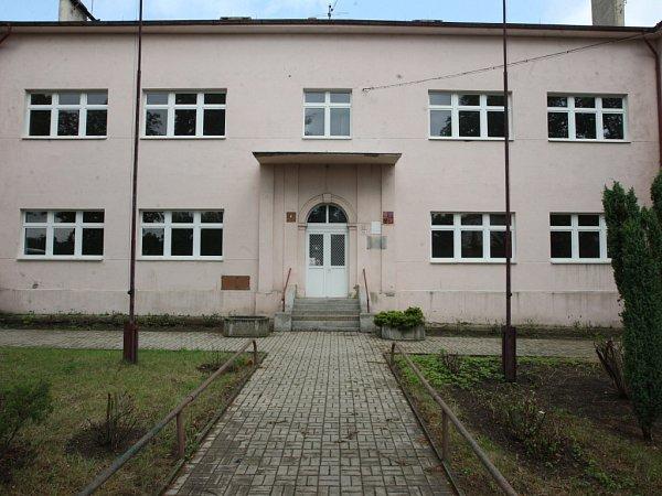 Sem budou chodit studenti Chomutovského soukromého gymnázia od letošního září. Do budovy vMostecké ulici vJirkově.