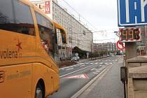 Jedním z nejproblémovějších míst ve městě je Palackého ulice. Tady řidiči v noci jezdí rychlostí i přes sto kilometrů v hodině. Přes den si ale málo kdo dovolí jet přes padesát (viz foto).