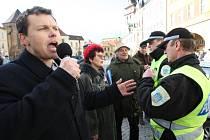 Při první protestní akci se sešlo v centru Chomutova na sto lidí.