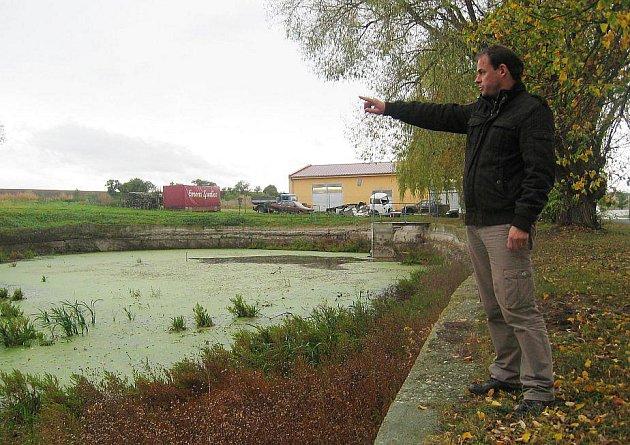 Starosta Strupčic Luděk Pěnkava u rybníka, který obec upraví za lepší cenu díky elektronické aukci.