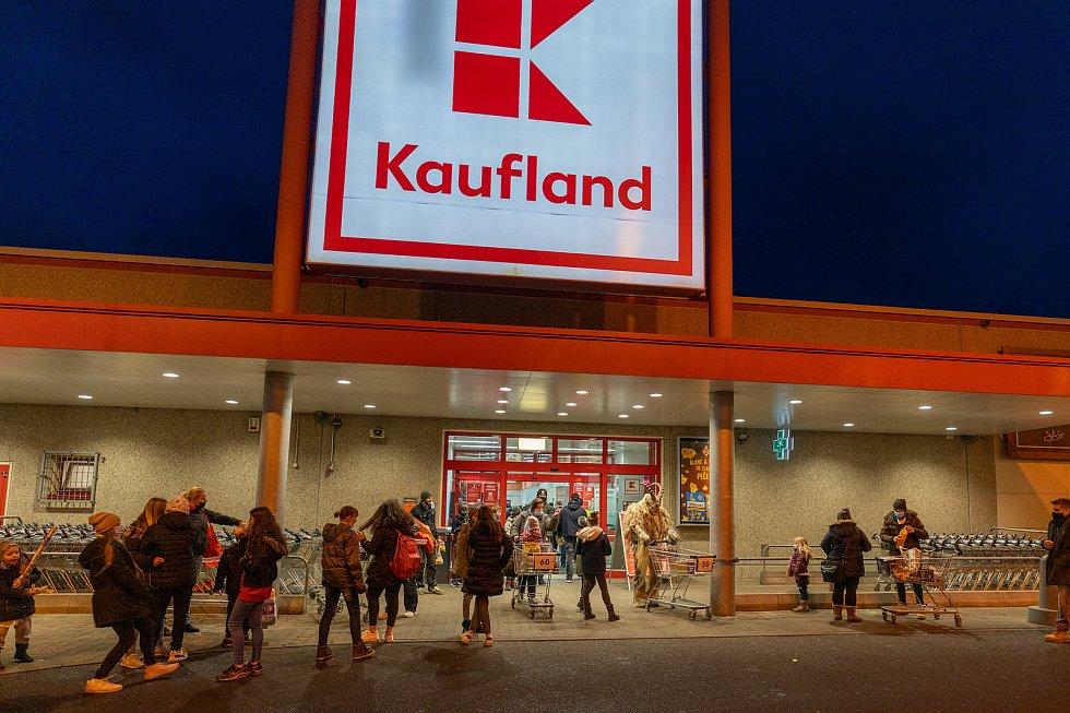 Krampus navštívil Kaufland v Kadani.
