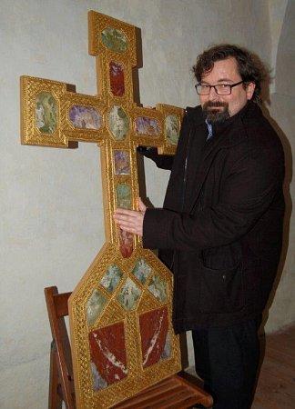 Petr Liebscher sreplikou zlatého ostatkového kříže, která bude součástí výstavy. Originál je vytvořený ze tří kilogramů zlata, 32drahokamů, 9gem, 22perel a 6svatých relikvií pod křišťálovými deskami.