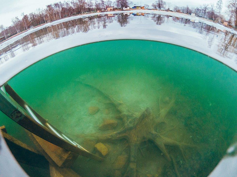 Kamencové jezero. Pohled pod hladinu vedle žebříku u posledního mola.