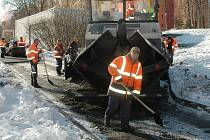 ASFALTUJÍ V MRAZU. Dělníci firmy Herkul pokládají vrstvu asfaltu pod sídlištěm Na Borku.