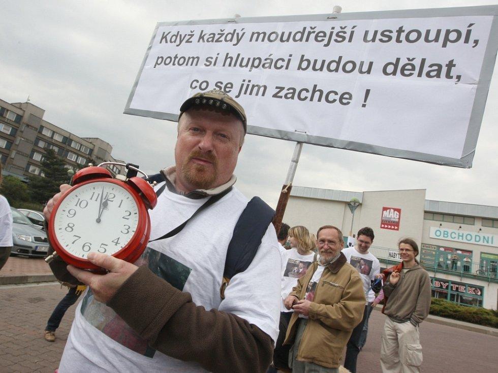 Na tři sta demonstrantů přišlo podpořit na Den s Deníkem do Chomutova odvolaného ředitele zooparku. Symbolicky zazvonili na odchod chomutovsklým radním. Na snímku Rostislav Stach