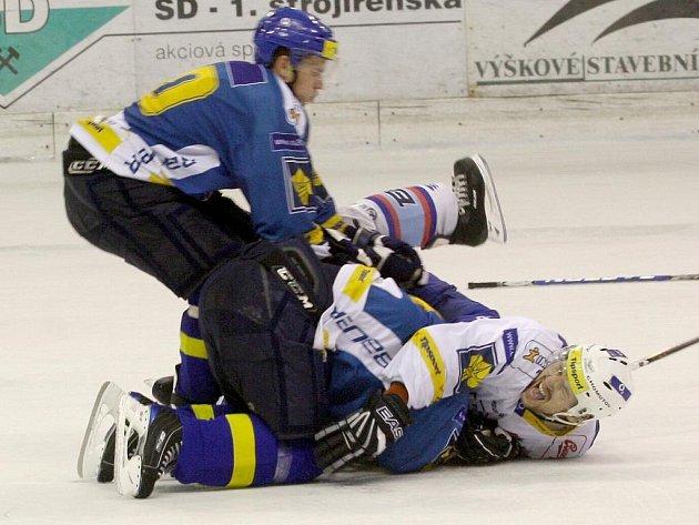 Situace, která hokejový zápas změnila v boj. Nevybíravý faul na Mikšovice, pro kterého zápas skončil.