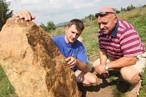 Repliky kamenů vyrobil umělecký štukatér a droužkovický rodák Jan Pekař (na snímku vlevo) se starostou Droužkovic Milanem Živným.