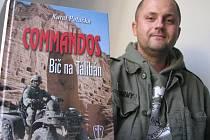 COMMANDOS Bič na Tálibán. To je vojenský román Chomutovana Karla Patočky, který ukazuje svou knihu na snímku. Na obalu knihy je vidět čtyřkolka, jako symbol českých speciálních sil. V pozadí, Talibanem zničená socha Budhy, která je symbolem Afgánistánců.