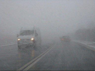 Nevyzpytatelné počasí v úterý trápilo řidiče na Chomutovsku, Takhle vypadala jízda po silnici I/13 mezi Kadaní a Kláštercem okolo jedné hodiny odpoledne.