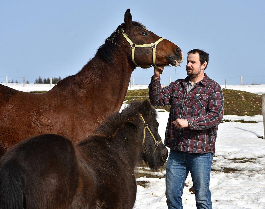 Majitel Farmy Kýšovice David Lacman žije z chovu skotu, jelenů a daňků. Koně má pro potěšení.
