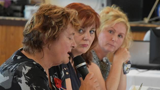 Na snímku uprostřed je Kateřina Mazánková.