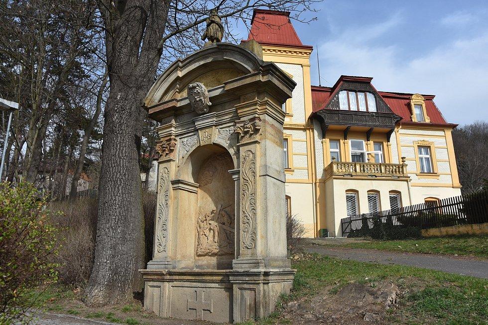 Jedno ze zastavení křížové cesty ve Smetanových sadech v Kadani.