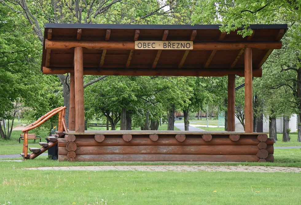 Pódium v centrálním parku, který je poblíž nového kulturního centra a koupaliště U Rybníčku.