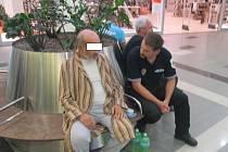 Senior utekl jen v županu z nemocnice.