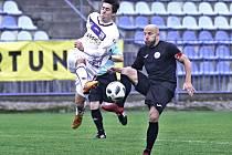 Na snímku je zachycen chomutovský kapitán Patrik Gedeon (v černém) v souboji s jedním z kladenských hráčů.