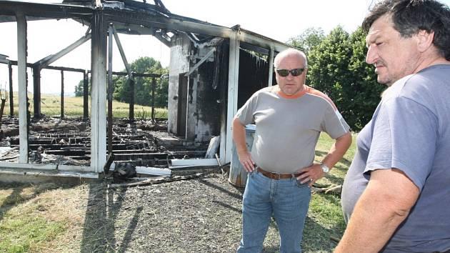 Na spáleniště se přišel podívat a zhodnotit škody starosta Milan Živný.