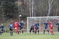 Hráči Lokomotivy B se snaží odrazit útok Spořic.