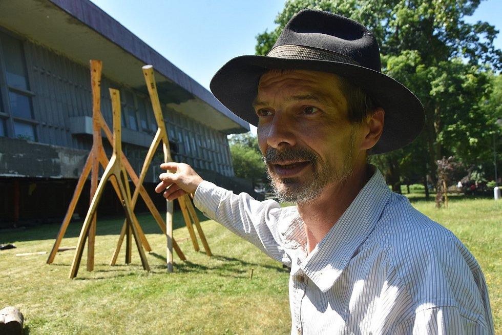 Orasínský umělec Josef Šporgy a jeho instalace s názvem Návštěva, kterou umístil před bývalé chomutovské lázně.