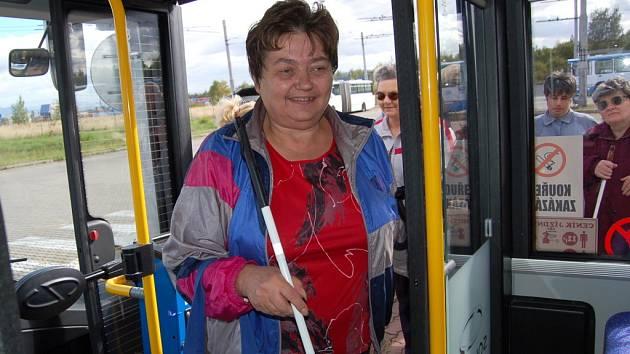 Nevidomí nastupovali do nového trolejbusu.