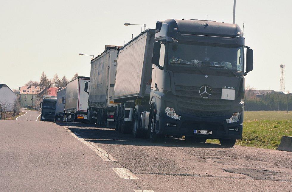Kamiony odpočívající na krajnici v Křimově