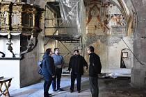 Iluzivní oltář se stigmatizací sv. Františka (v pozadí), o kterém neměli odborníci do loňského roku tušení.
