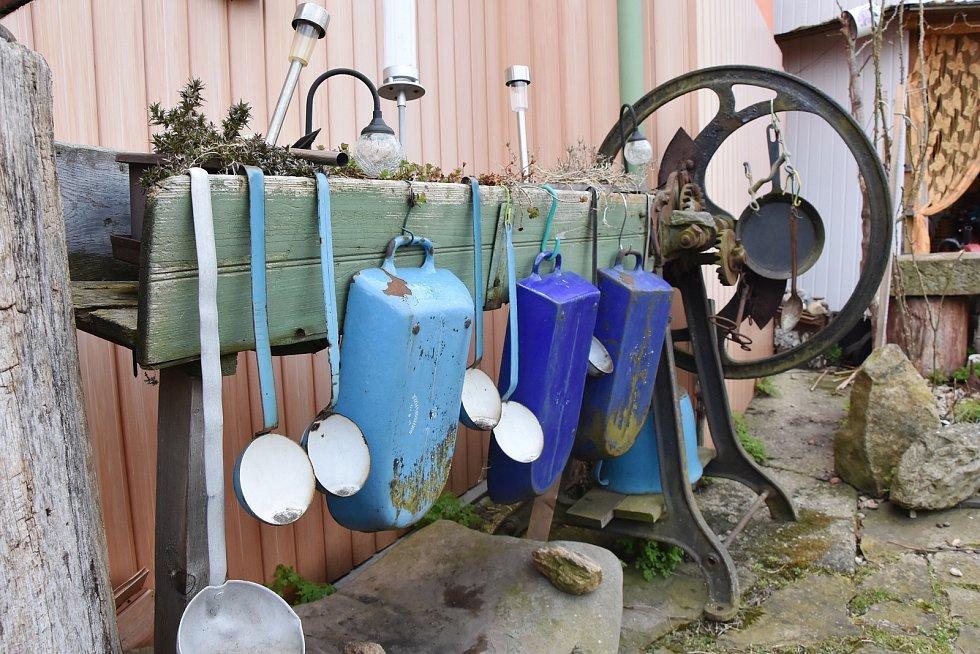 Neobvyklý je i dům paní Kunešové. Vstup zdobí prastaré mlýnky, plot pekáče a rendlíky a vodu ze střechy svádí plechoví draci.