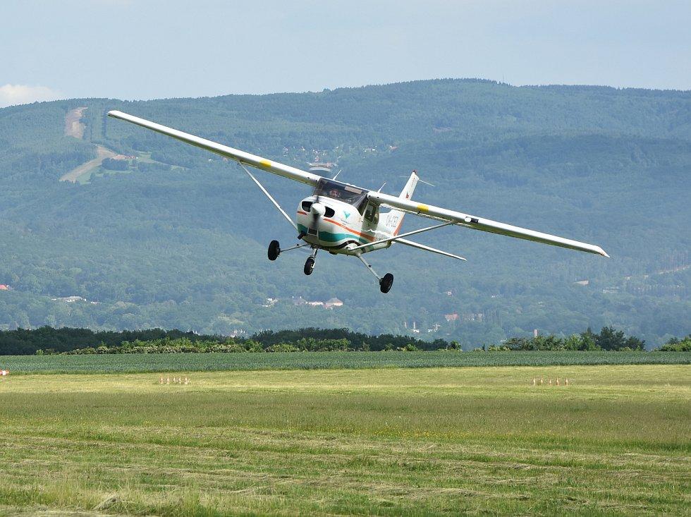 Cessna 172 přistává na letišti v Pesvicích.