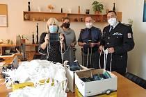 Ředitel Věznice Všehrdy plk. Mgr. Alexandr Vidlák s vedoucím oddělení výkonu trestu a vychovatelkou z nízkého stupně zabezpečení předali 800 kusů roušek ředitelce Sociálních služeb Chomutov Mgr. Aleně Tölgové.