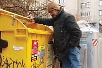 Obyvatelé Kadaně si stěžují na nepořádek u popelnic. Na svědomí jej mají zejména bezdomovci, kteří po rabování obsahu kontejnerů už po sobě neuklidí. Nyní už by to mělo být jinak. Ilustrační foto.