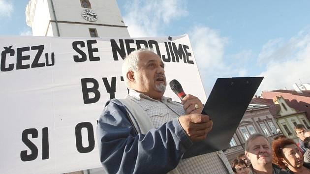 Václav Kucharský, hlavní strůjce protestů, na kadaňské demonstraci proti způsobu prodeje bytů.