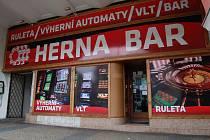 Herna na náměstí 1. máje. Vyhlášku porušuje hned v několika bodech - velké nápisy, reklama na hazardní přístroje.