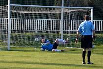 Jeden z rozhodujících momentů utkání. Obrnický útočník Jan Bohó nedal gólmanovi Března Martinu Luxovi šanci a penaltu bezpečně proměnil.