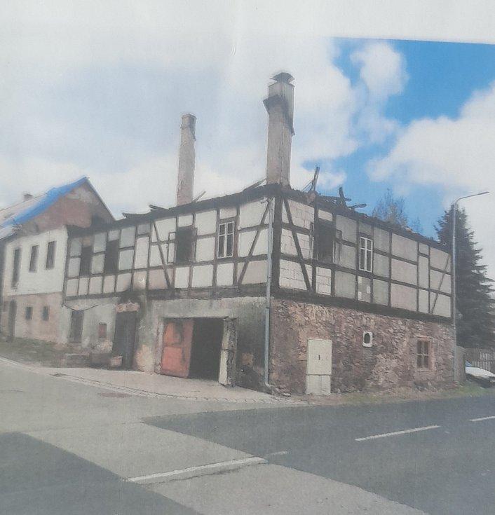 Po požáru zbylo z výstavního hrázděného domu z 18. století jen torzo. Ani to nebylo možné zachovat.