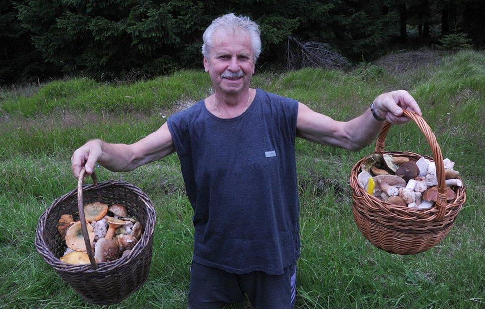 Až do Kovářské se vydal na houby Miroslav Brabec z Mostu. Dobře udělal, odvezl si dva koše hub.