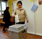 První den prezidentských voleb v Údlicích na Chomutovsku. První údlická volička Marie Albrechtová.