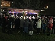 Zpívání proběhlo i v Klášterci. Akce se zúčastnilo cca 150 lidi.