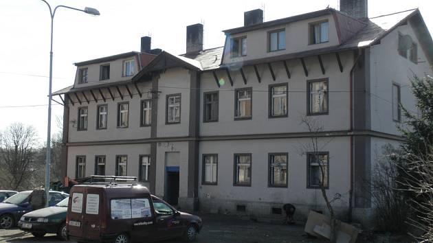 JEDEN ZE ČTYŘ. Prunéřovské domy jsou v Kadani nejhorší adresou. Žije v nich na 280 obyvatel, kteří jsou ve většině případů zadlužení a mají mizivou šanci získat bydlení ve městě.