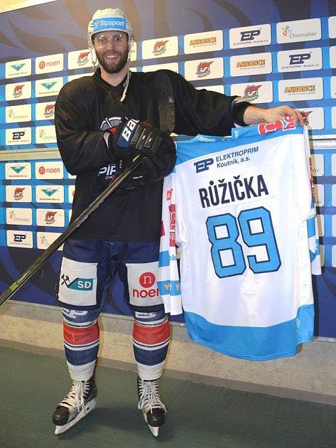 Útočník Pirátů Chomutov Vladimír Růžička na snímku ukazuje jeden ze dvou dresů, které jsou k mání v internetové aukci na webu klubu do čtvrtka do 18:00 hodin.